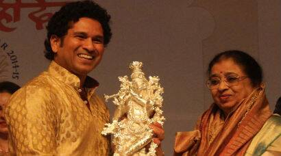 Sachin Tendulkar felicitates Lata Mangeshkar's sister at birthday celebrations