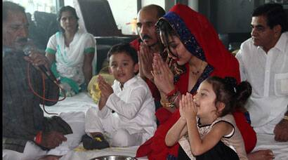 Maanyata Dutt with twins Iqra, Shahraan at her mata ki chowki