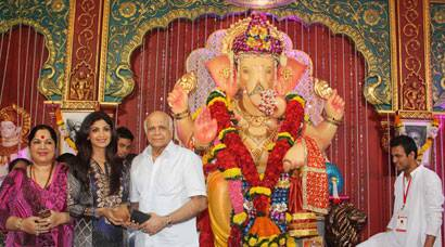 Shilpa Shetty, her parents pray at Andhericha Raja