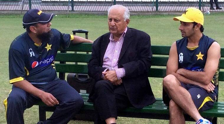 Saqlain Mushtaq (L) in discussion with PCB chief Shahryar Khan (C) and Saeed Ajmal (R) (Source: This image was posted by Saqlain on his Facebook page)