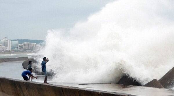 Onlookers looking at Sea tide at vizag on the eve of Cyclone Hudhud hits land on Saturday. (Source: PTI photo)
