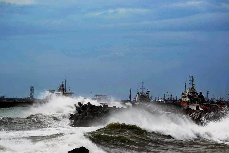 Cyclone 'Vardah' makes landfall in Chennai, 2 killed, NDRF teams deployed
