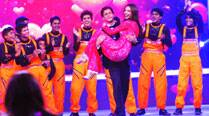 Shah Rukh Khan and Deepika Padukone on the sets of Dil Se Naache Indiawaale