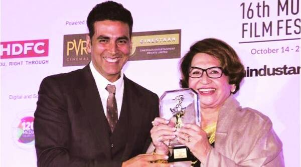 Helen receives the Lifetime Achievement Award from Akshay Kumar.