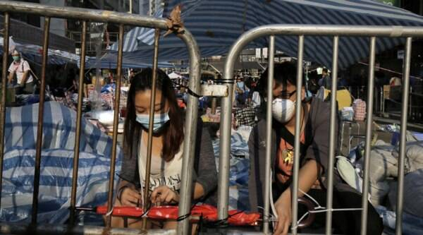 Protesters set up barricades again after police removed them in Causeway Bay district in Hong Kong Tuesday, Oct. 14, 2014. (Source: AP)