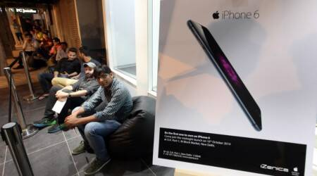 Delhiites queue up at midnight to be the first to buy first Apple iPhone 6, iPhone 6 Plus