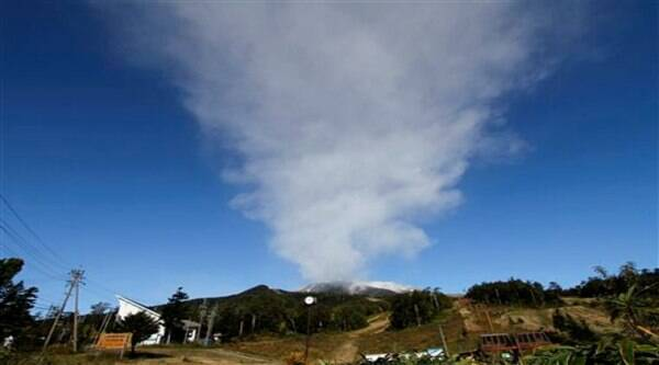 Plumes of smoke and ash billow from Mount Ontake as it continues to erupt for the third day in Otaki village, in Nagano prefecture, Japan (Source: AP)