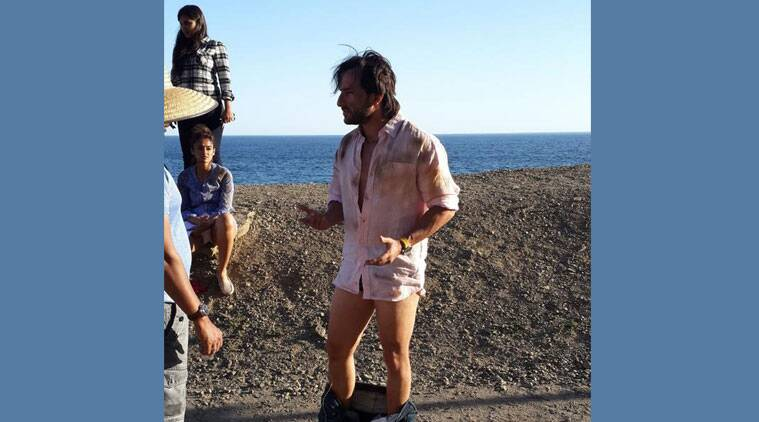 """As directors Raj Nidimoru and Krishna DK shot """"Happy Ending"""" at various locations in California, so to save time, Saif started changing at the shooting spot instead of going back to his vanity van. (Source: Eros)"""