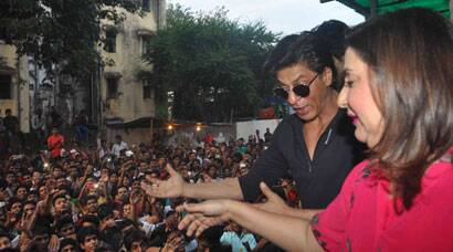 Shah Rukh Khan meets fans to celebrate the success of 'Happy New Year'