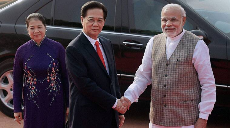 Prime Minister Narendra Modi shakes hands with his Vietnamese counterpart Nguyen Tan Dung as his wife Tran Thanh Kiem looks on during a ceremonial reception at Rashtrapati Bhawan in New Delhi. (Source: PTI)