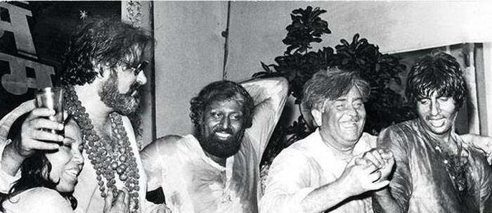"Amitabh Bachchan reminisced his memory of a Holi celebrated with legendary Kathak dancer Sitara Devi, who recently died. Big B posted this picture on his facebook page and captioned, ""An amazing memory of HOLI being celebrated at RK Studios -<br /> Raj ji, Shammi ji, and the great Sitara Devi, who just passed away yesterday, and me ..<br /> In the middle is Joginder known artist .. of mostly Punjabi films .."" (Source: Twitter)"
