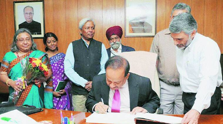Harsh Vardhan takes charge of his new office.(Source: PTI)