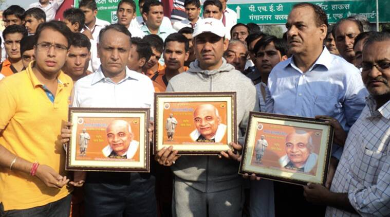 Nihal Chand (Center) flanked by SP Hari Prasad Sharma and Collector RS Jakhar at the Run for Unity event on October 31 in Ganganagar.