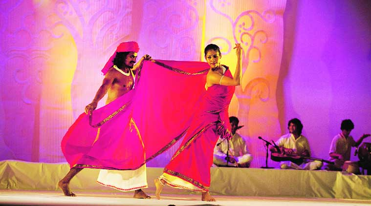Sari tells the centuries-old tale of the Indian sari through the eyes of its weavers; the production  is based on the book by Rta  Kapur Chishti
