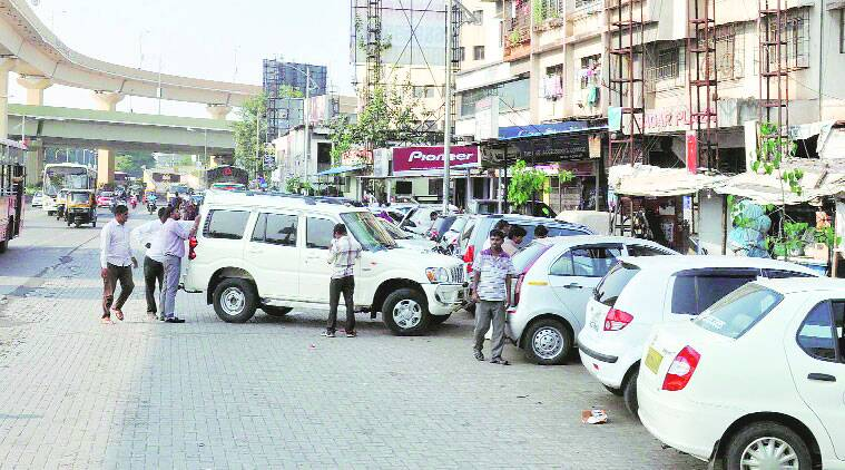 PCMC and traffic police turn a blind eye, encroachers rule the highway