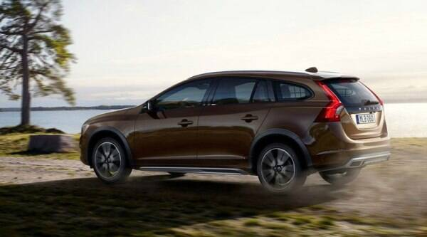 The V60 Cross Country improves upon the standard car by adding butch looks and an all-wheel-drive system.