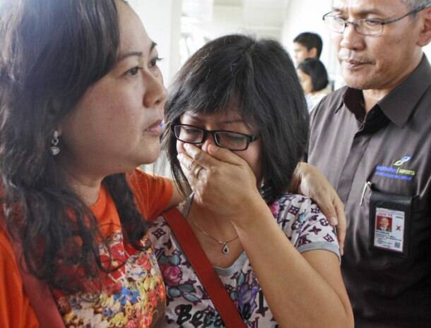 Air Asia QZ 8501 flight with 162 on board goes missing, worried relatives rush to airport