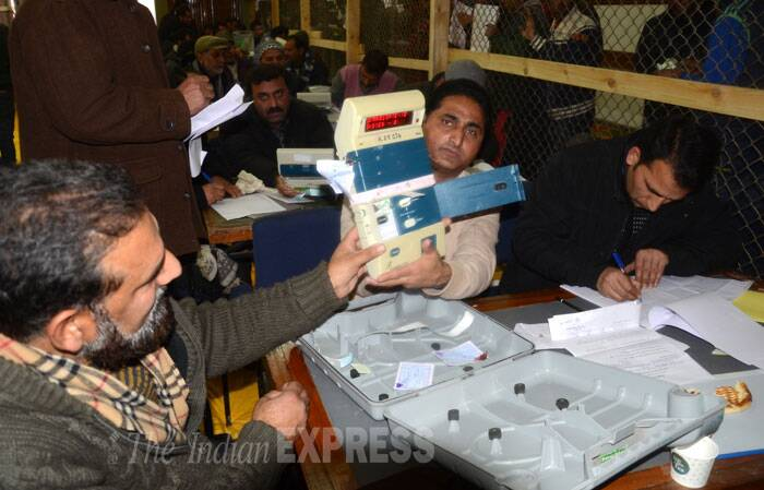Poll officials showing the EVM before opening it for counting.  (Source: Express photo by Shuaib Masoodi)