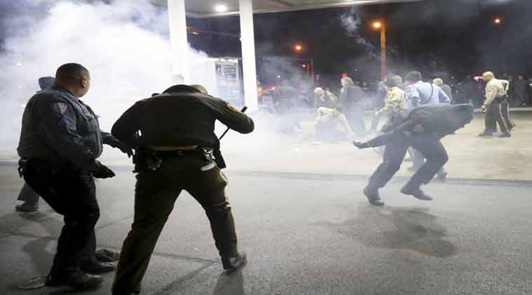 missouri shoting, protest after missouri shooting, crowd control, pepper spray, cop shoots black youth