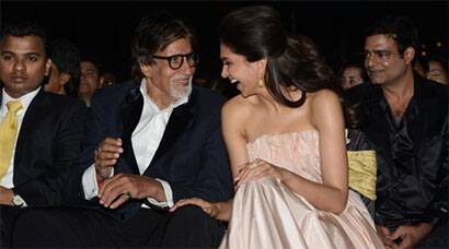 Amitabh Bachchan bonds with onscreen daughter Deepika Padukone at award show