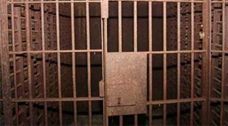 Armed with rods, mob frees man from lock-up