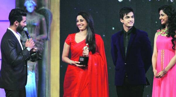 Shahid Kapoor and Tabu receive their Award from Nikita Dutta and Mohsin Khan, actors of  Life OK's new show Dream Girl