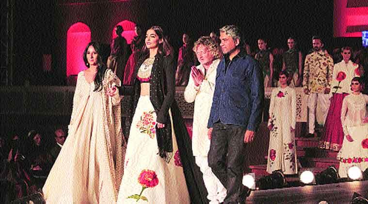 fashion show, khadi, gujarat, love of Khadi, promoting khadi, sonam kapoor, Anamika Khanna, Rohit Bal ,Rajesh Pratap Singh