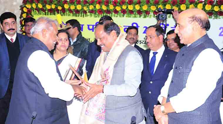 Bihar CM Jitan Ram Manjhi welcomes his Jharkhand counterpart Raghubar Das as Union Home Minister Rajnath Singh looks on, in Patna.(Source: Express Photo by Prashant Ravi)
