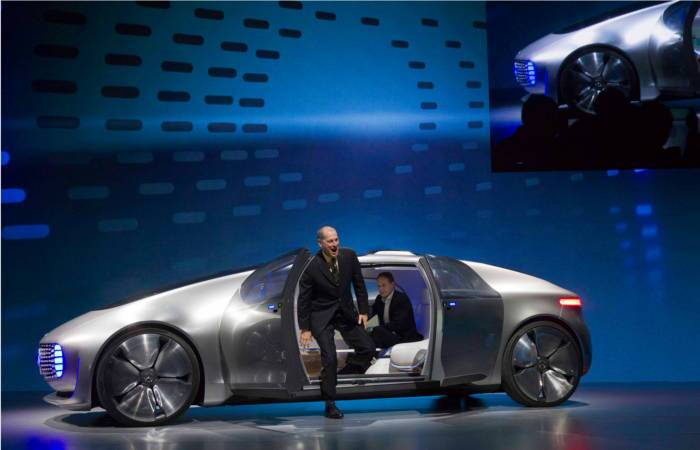 Gary Shapiro (L), president and CEO of the Consumer Electronics Association, steps out of the Mercedes-Benz F015 Luxury in Motion autonomous concept car during the 2015 International Consumer Electronics Show (CES) in Las Vegas. (Source: Reuters)