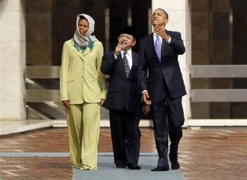 U.S. First Lady Michelle Obama, Grand Imam Ali Mustafa Yaqub and President Barack Obama tour the Istiqlal Mosque in Jakarta. (Reuters)