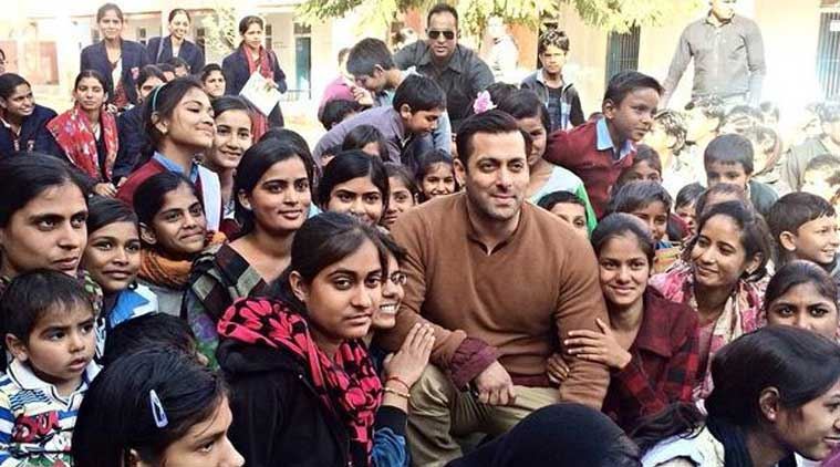 Salman Khan is known for his generosity and love for li'l kids, so it was no suprise that he, so indulgently, chatted away with them.