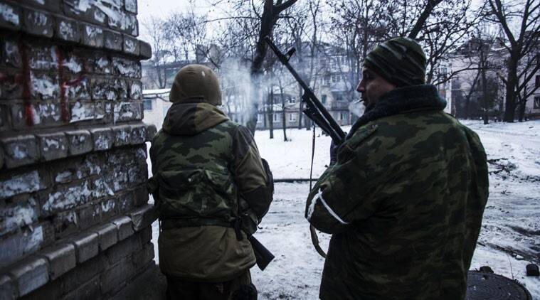 Russian backed separatist rebels advance, while looking for shelter, in the direction of the airport in the Kievsky district in Donetsk, Ukraine, (Source: AP)