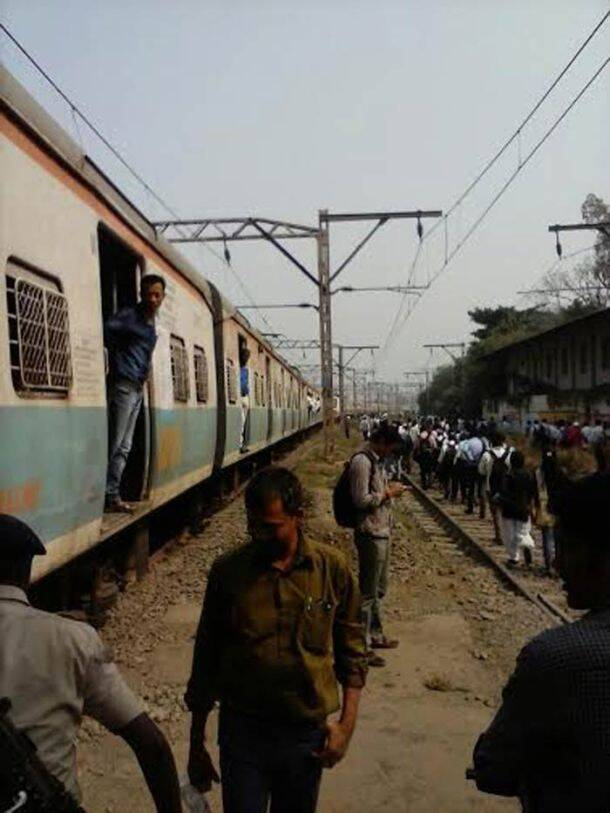 Mumbai trains running five hours behind schedule, commuters resort to stone pelting