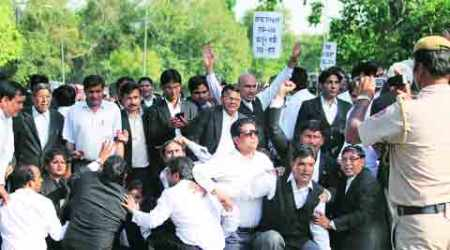 Protesting lawyers take to streets, march to India Gate