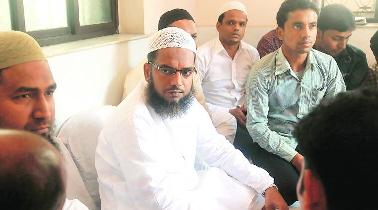 Imam of Nakhuda Masjid, Mohammed Shafique Qasmi, addresses mediapersons on Tuesday. (Source: Express photo byPartha Paul)
