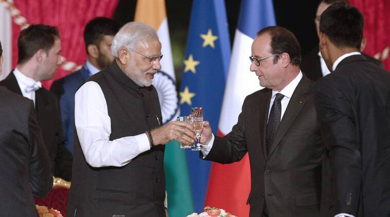 French president Francois Hollande, right, toasts with Indian Prime Minister Narendra Modi during an official dinner at the Elysee Palace in Paris, France, Friday 10 April 2015. Modi is on a two day state visit in France. (Source: AP)