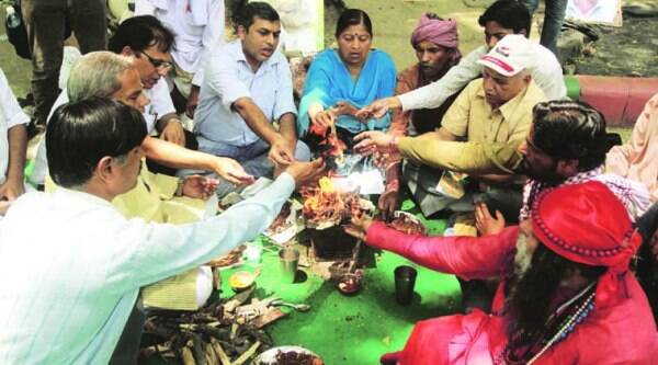 Farmers supporter Praying and Hawan for gajendra singh at janter manter in New Delhi on Tuesday who had suicided at jantar mantarlast 13 days back. (Express photo by Prem Nath Pandey )