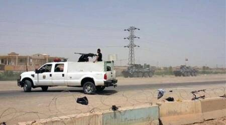 Arriving from Baghdad, federal police forces create a barricade to protect the Habaniyah military base near Ramadi, Iraq, in eastern Husaybah town. (Source : AP Photo)