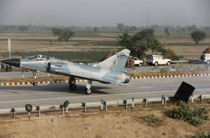 Yamuna Expressway, Indian Air Force, IAF Mirage 2000, Indian Air Force Mirage, IAF plane, IAF Yamuna Expressway, Mirage 2000 Yamuna Expressway Mathura, Mirage 2000 Yamuna Expressway photos, Mirage 2000 Yamuna Expressway landing photos