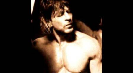 Shah Rukh Khan gives fans a peek of his abs for 'Raees'