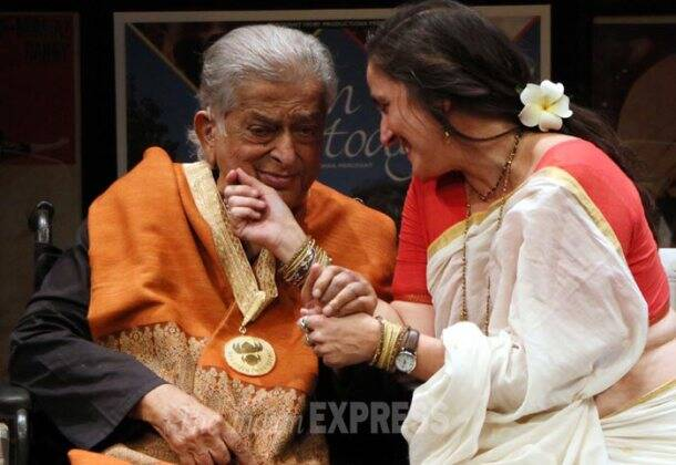 photos family friends with shashi kapoor as he receives