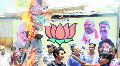Babul Supriyo, Hawkers protest, Asansol railway station, hawkers burn effigy, Kolkata news, indian Express