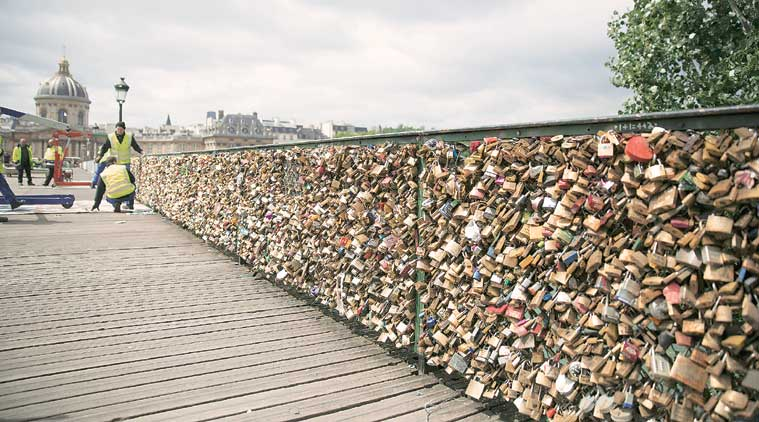 Authorities begin to remove the love locks from the Pont des Arts