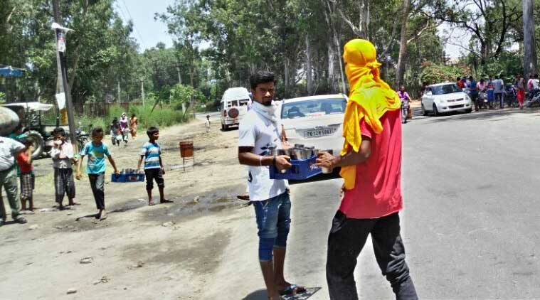 A Chhabeel put up along the Jalandhar-Chandigarh national highway. Volunteers signalling vehicles to stop to offered them the sweetened drink. (Source: IANS)