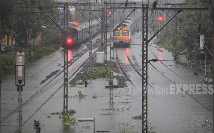 Monsoon paralyses Mumbai | Zee News