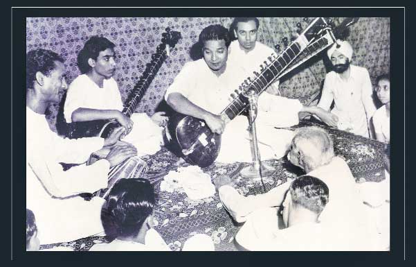 A performance by Ustad Vilayat Khan at Vinay Chandra Maudgalya's home in Delhi