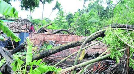 Cyclone Komen hits Bangladesh, Bengal lashed by heavy downpour