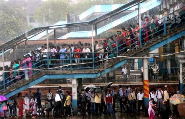 Mumbai Rains, Mumbai, Mumbai Waterlogging, Mumbai Suburbs, Heavy rains, Heavy rains in Mumbai, Waterlogging, train services in mumbai