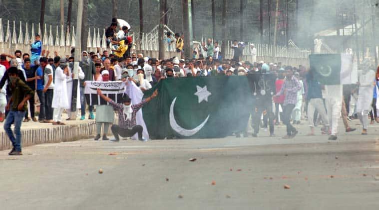 pakistan flag, pak flag, pakistan flag srinagar protest, eid protest in Srinagar, Kashmir anti-India protest, Kashmir eid-ul-fitr protest clashes, Eid clashes in Kashmir, Kashmir eid clashes, Separatist house arrest, Geelani house arrest, Kashmir news, J&K news, india news, latest news, top stories