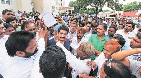 Cashier's murder: Family stages protest, seeks martyr status for Dutt, govt job for widow